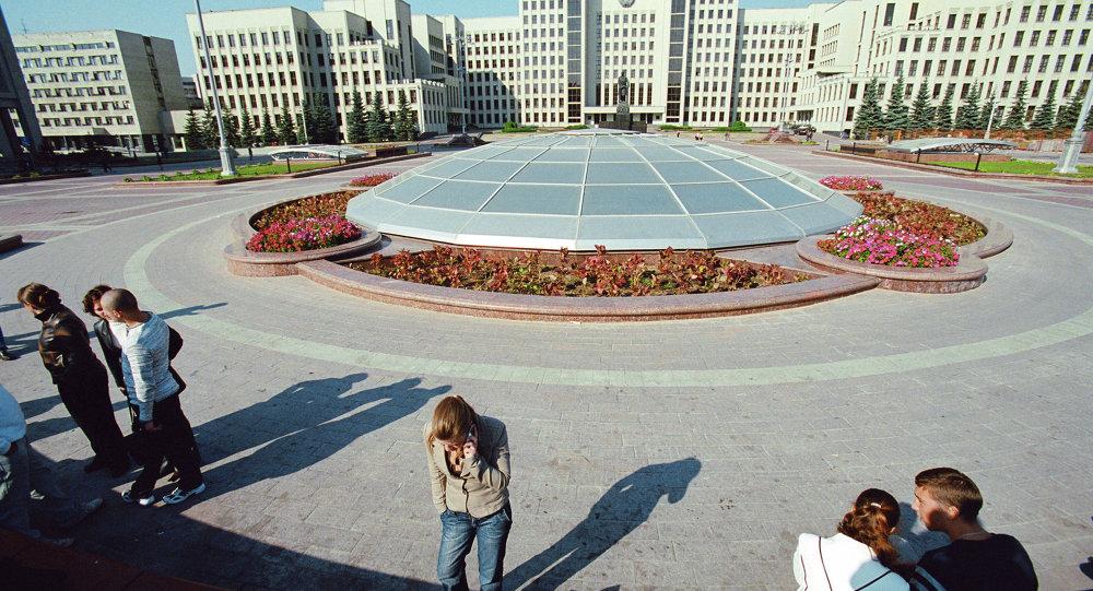 Купол ТЦ Столица на площади Независимости перед Домом правительства