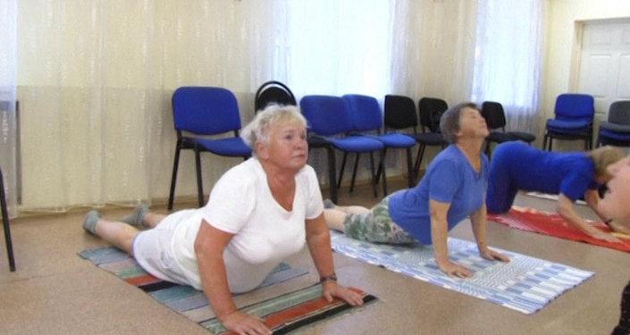 Занятия йогой набирают популярность у русских бабушек