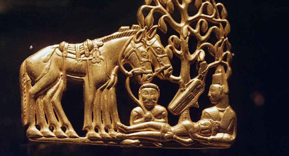 Золотое украшение скифов - экспонат выставки Золотые олени Евразии в Государственном Историческом музее в Москве