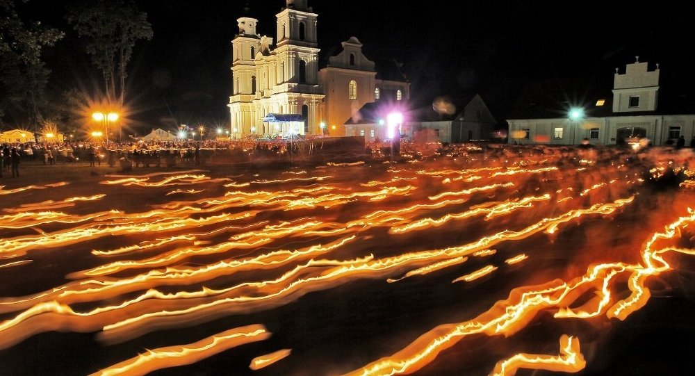 Торжественная процессия со свечами на католическом фестивале