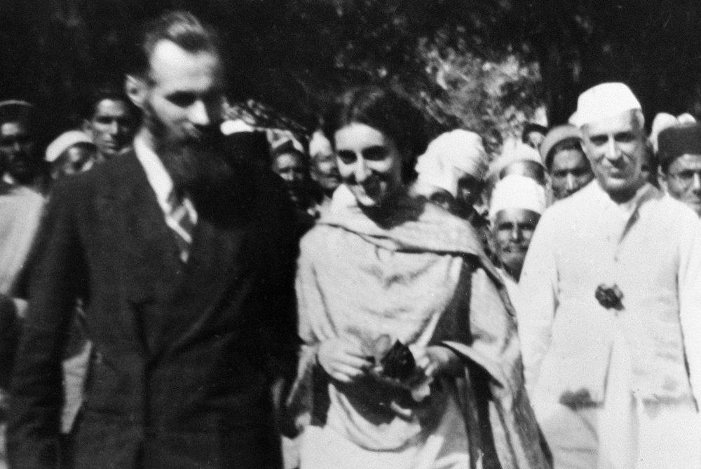 Джавахарлал Неру, Индира Ганди в гостях у Рерихов в долине Кулу. Слева - Святослав Рерих, 1946 год
