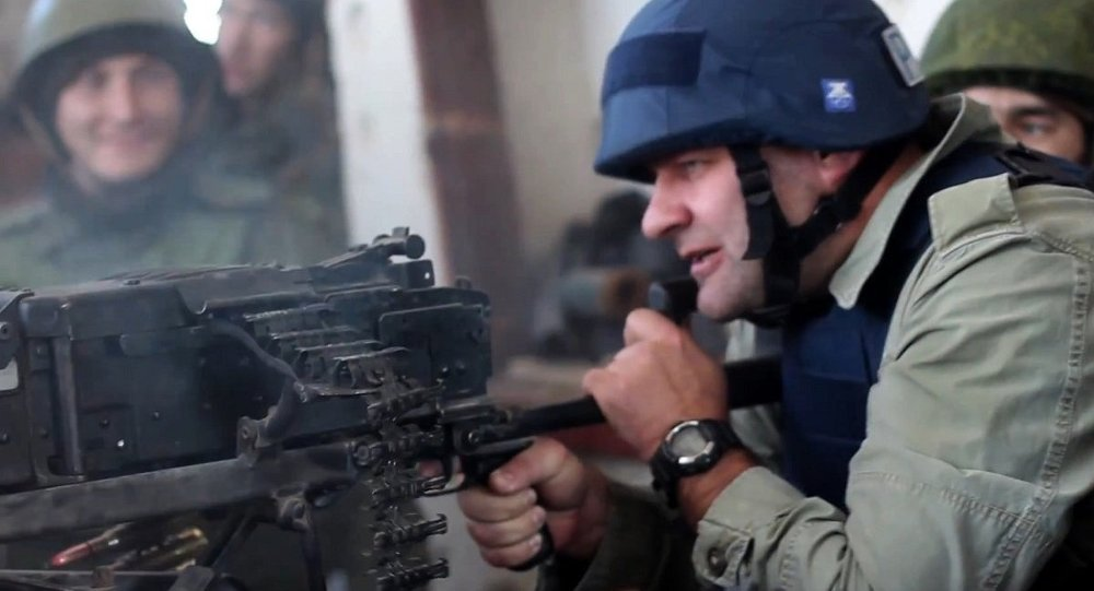 Михаил Пореченков у пулемета  в аэропорту Донецка. Стоп-кадр с видео