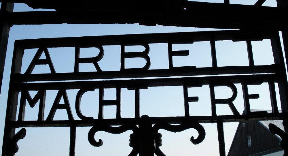 Ворота с надписью Arbeit Macht Frei в концентрационном лагере Дахау в Германии