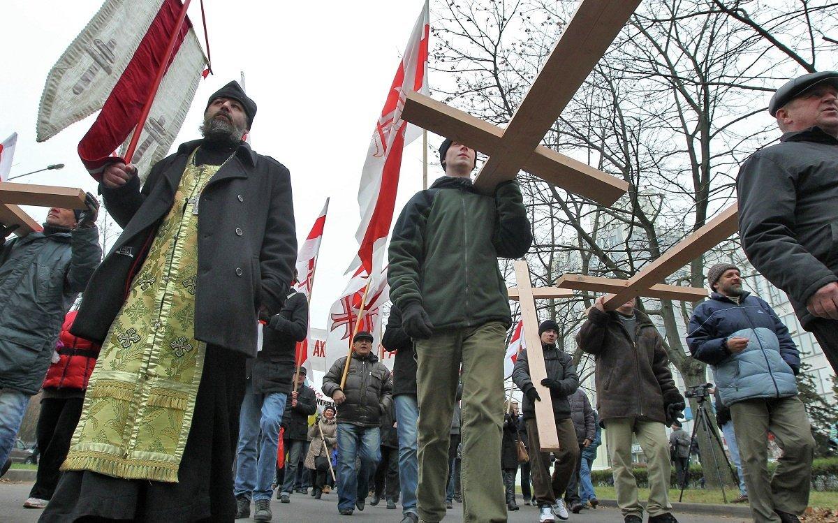 Колонна из нескольких сотен человек прошла от Минского часового завода до лесного урочища Куропаты