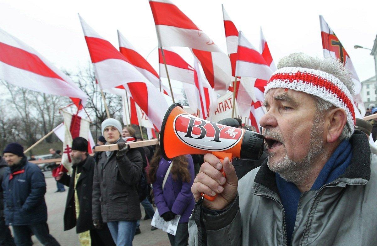 По традиции сторонники оппозиции в этот день отдают дань памяти жертвам сталинских репрессий