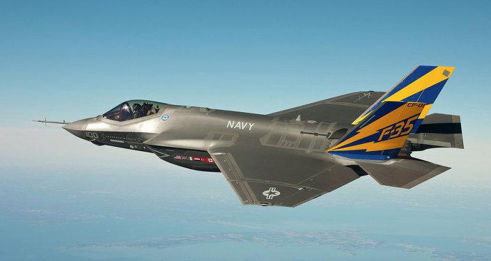 F-35C, проводит испытательный полет над залива Чесапик.