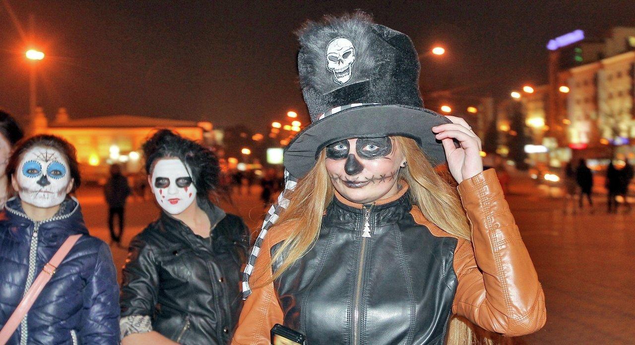 Девушки в ужасающих костюмах