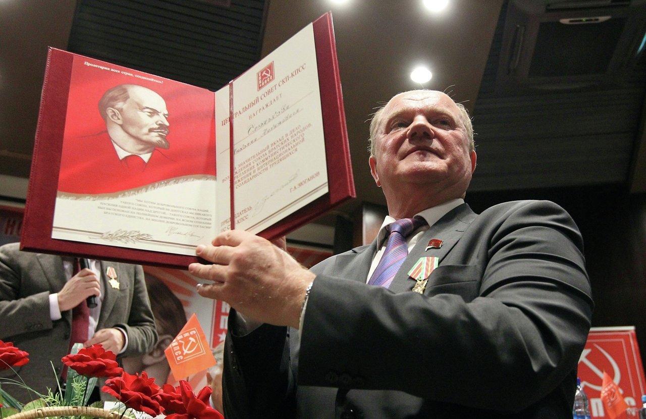 Геннадий Зюганов показывает грамоту Николая Слюнькова
