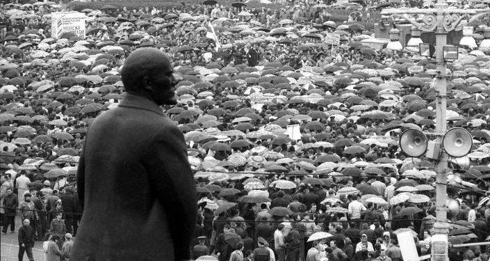 Массовый митинг Минских рабочих на площади Ленина из-за приостановки производственных предприятий, архивное фото