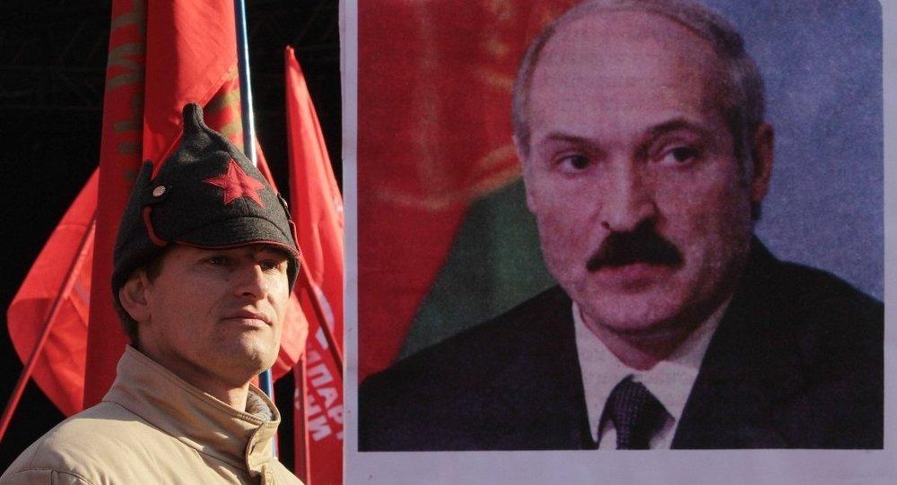 Портрет А. Лукашенко на акции  в честь годовщины Октября, архивное фото