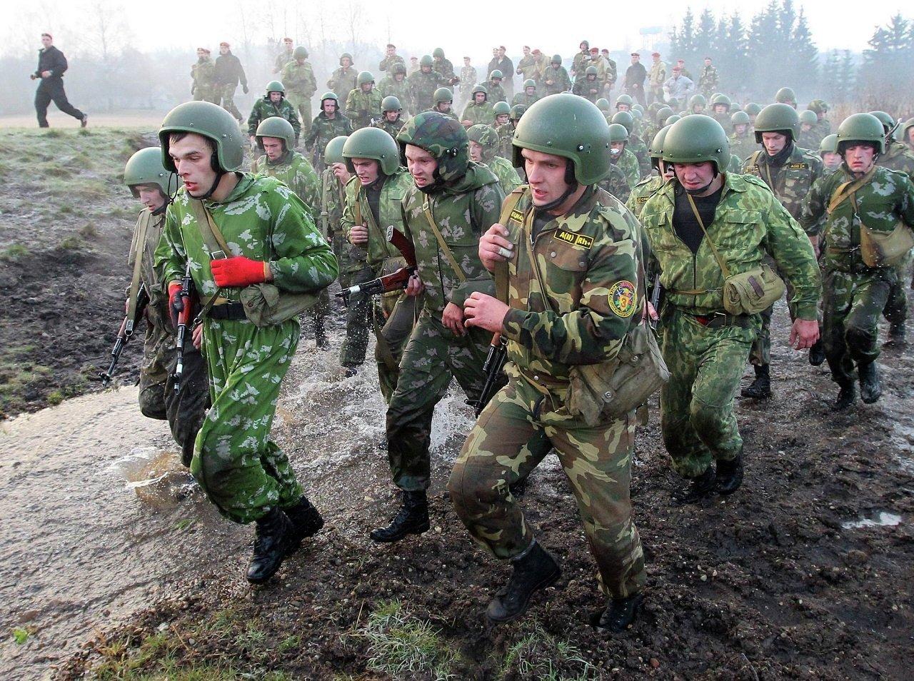 Военнослужащие войск специального назначения Беларуси во время марш-броска