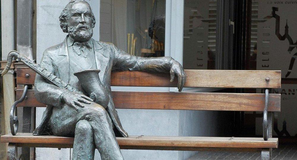 Памятник Адольфу Саксу в  в городе Динан, Бельгия