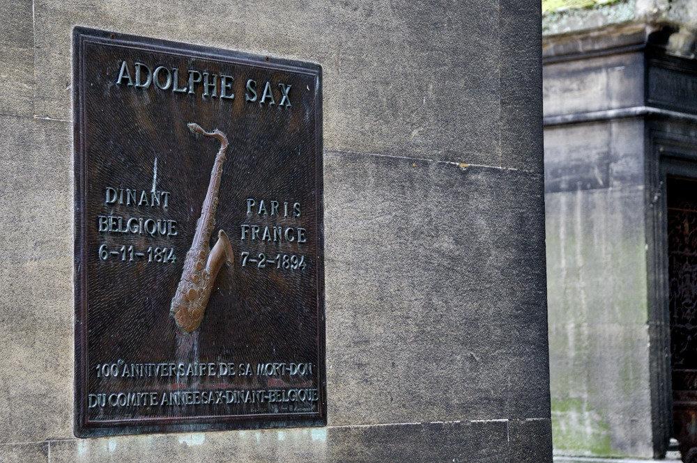 Могила Адольфа Сакса на кладбище Монмартр