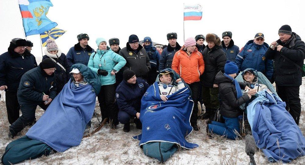 Члены экипажа корабля Союз ТМА-13М немецкий астронавт ЕКА Александр Герст, космонавт Роскомоса Максим Сураев и астронавт НАСА Рид Вайзман (слева направо)