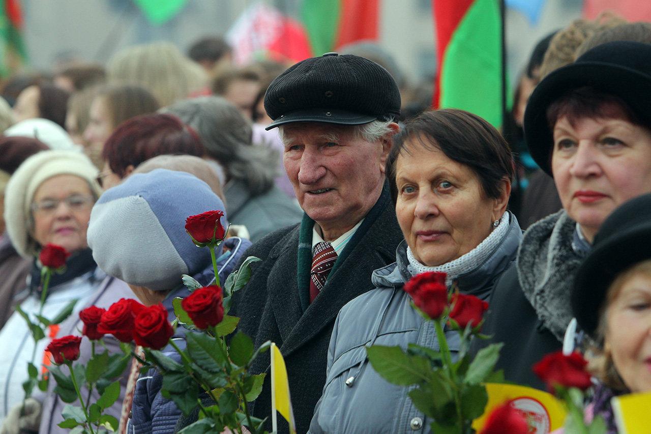 Церемония возложения цветов к памятнику Ленину в Минске 7 ноября 2014 года