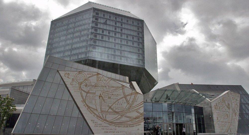 Главный вход в здание Национальной библиотеки Беларуси