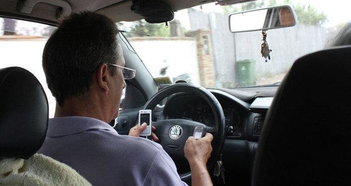 Водитель с телефоном