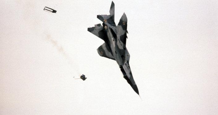Выброс кресла с пилотом во время падения истребителя