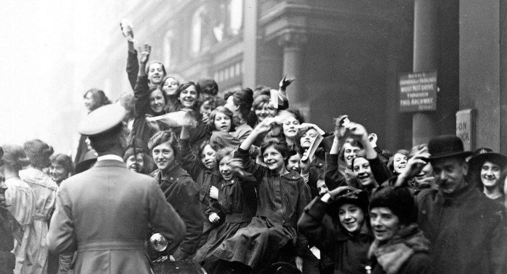 В Лондоне празднуют окончание военных действий 11 ноября 1918 г.