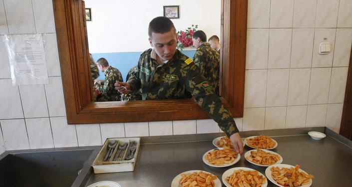 Солдаты обедают на 3-й пограничной заставе Каменюки в Беловежской пуще на границе с Польшей
