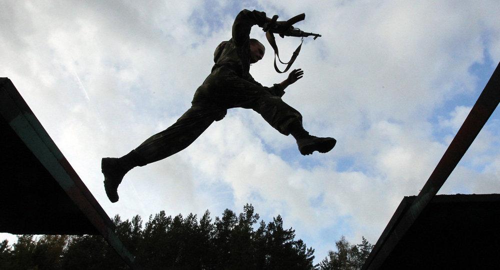 Белорусский спецназовец преодолевает полосу препятствий. Архивное фото