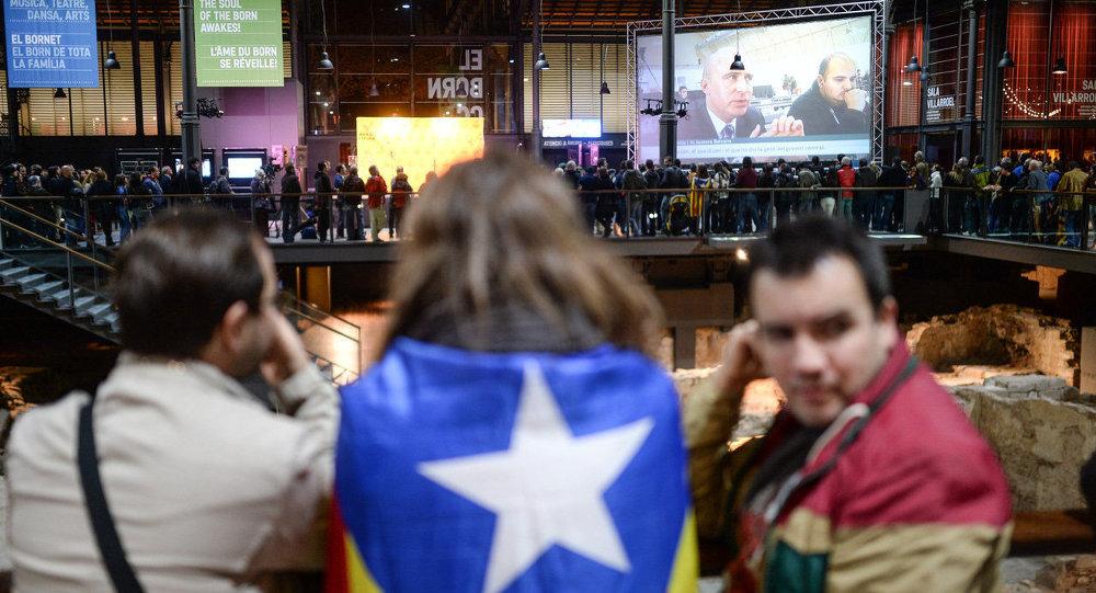 Жители Барселоны в ожидании результатов подсчета голосов неформального опроса о статусе Каталонии