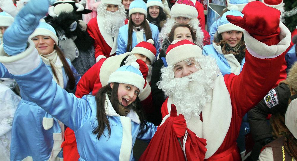 Праздничное шествие Дедов Морозов и Снегурочек в Минске