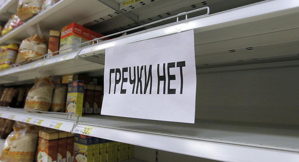 Табличка Гречки нет на прилавке магазина Ашан в Москве, архивное фото