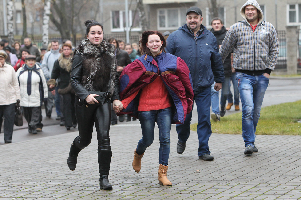 Родные и близкие призывников торопятся на церемонию отправки в войска в Минском городском военкомате