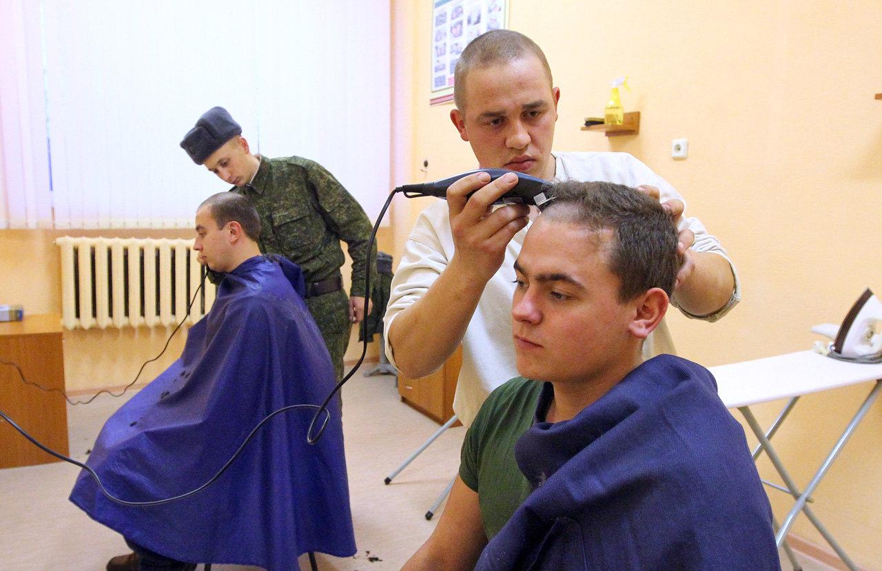 Старослужащие стригут новобранцев в бытовой комнате казармы 2-й инженерной ордена Красной Звезды бригады