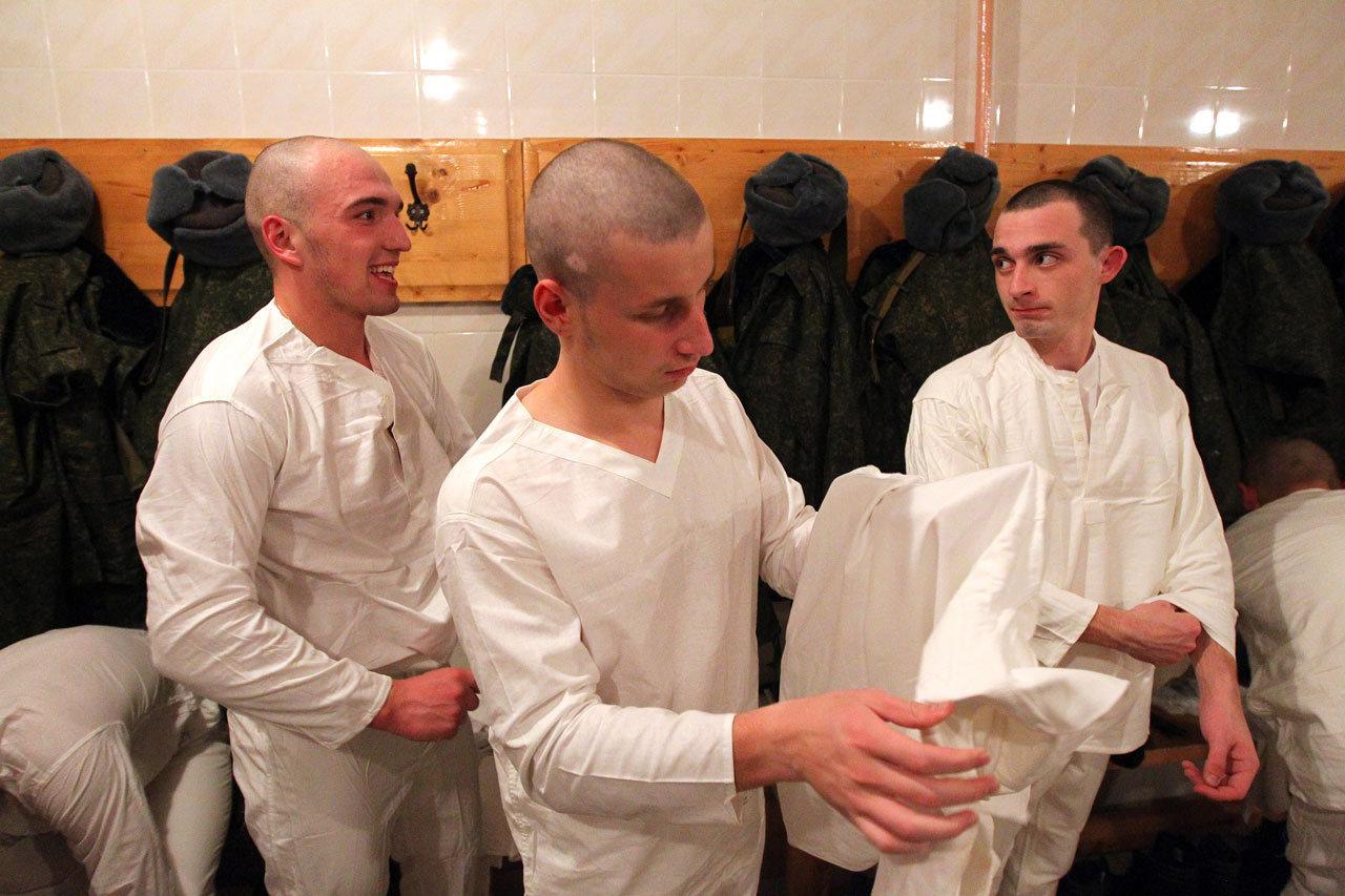 Новобранцы надевают нательное белье после бани