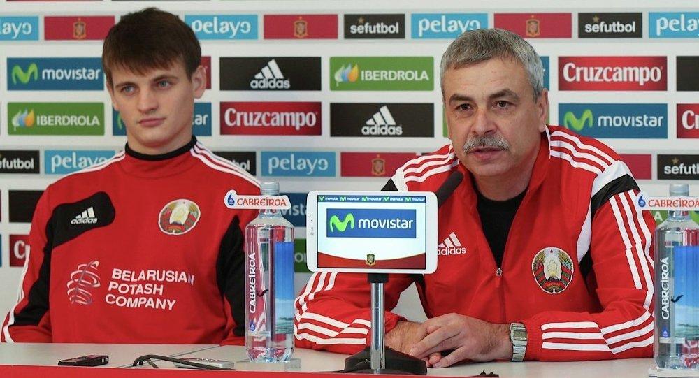 Андрей Зыгмантович на пресс-конференции в Испании вместе с игроком национальной сборной Беларуси Станиславом Драгуном