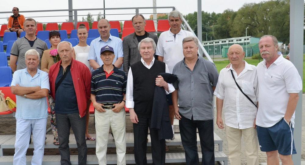 Эдуард Малофеев в окружении футбольных специалистов и болельщиков