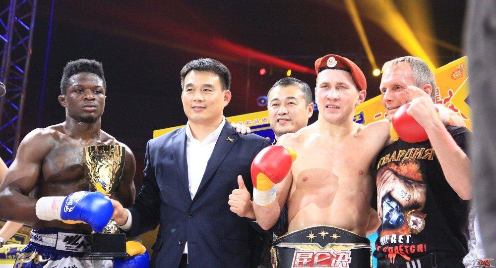Денис Зуев на награждении Kunlun Fight 7