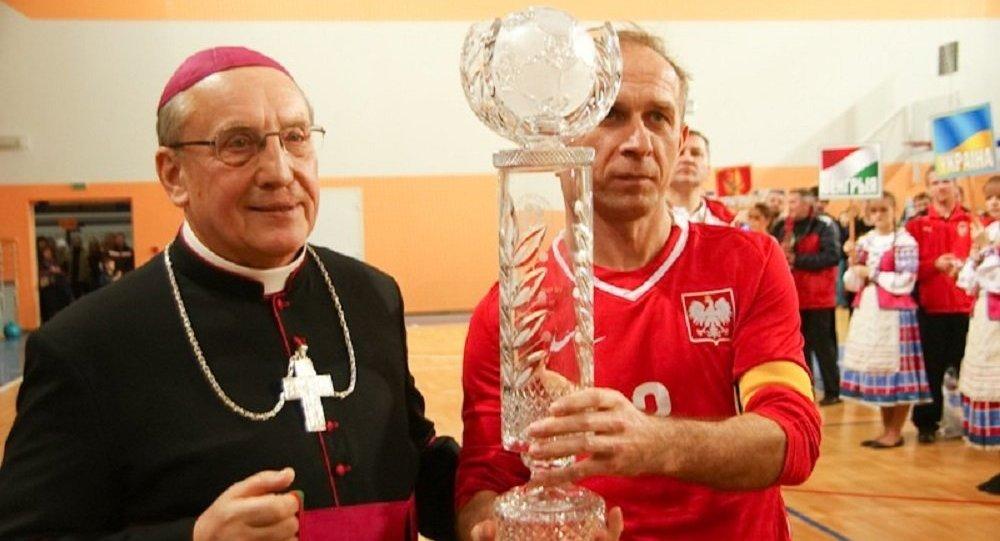Тадеуш Кондрусевич на церемонии награждения VIII Чемпионата Европы по мини-футболу среди священнослужителей