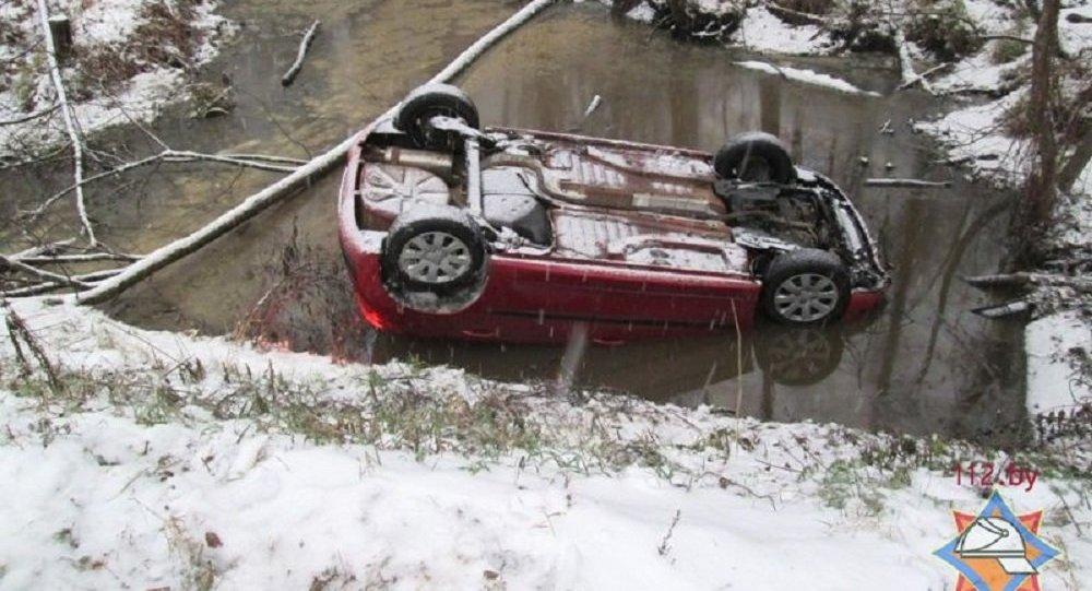 Автомобиль Peugeot-207, упавший в канал в Пружанском районе