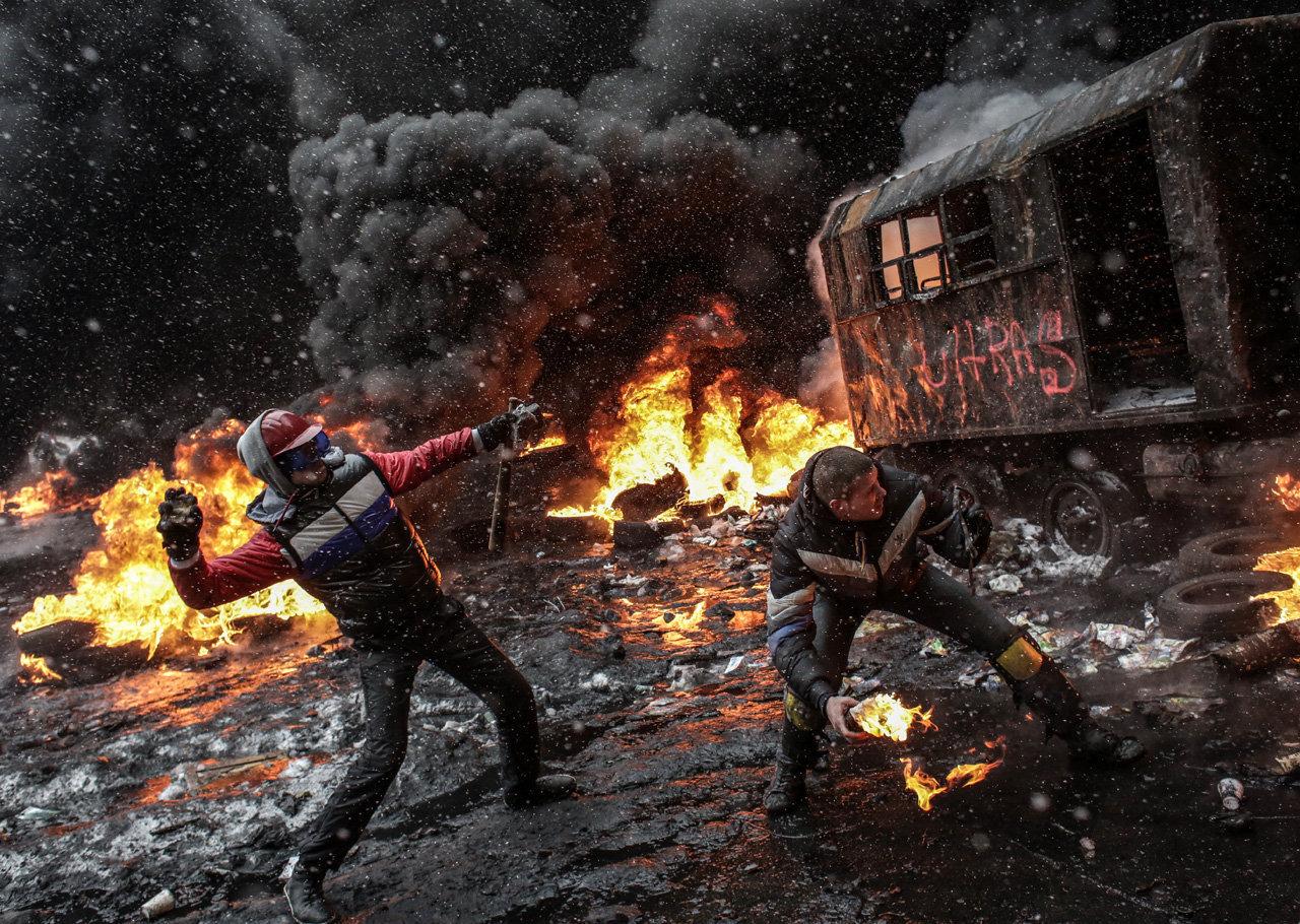 Участники акций в поддержку евроинтеграции Украины на улице Грушевского в Киеве