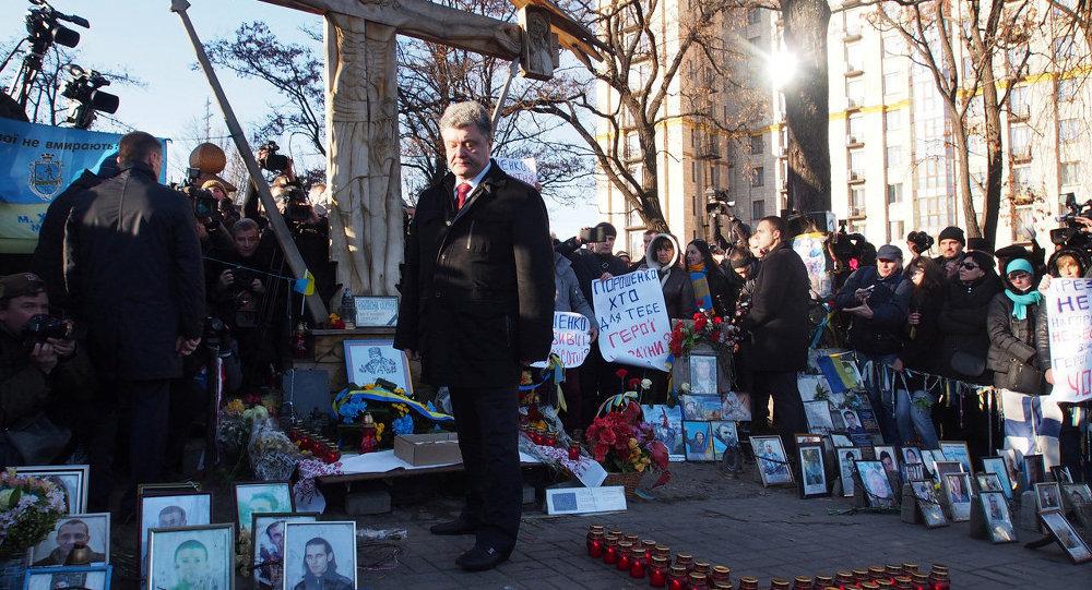 Петр Порошенко во время возложения цветов к кресту Небесной сотни в годовщину Майдана