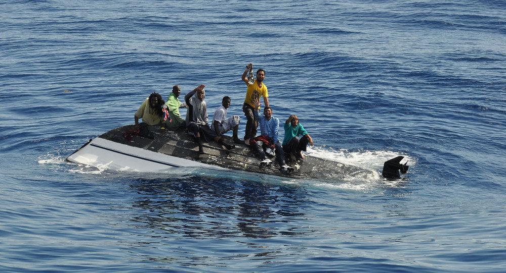 Нелегальный мигранты, терпящие бедствие в Средиземном море