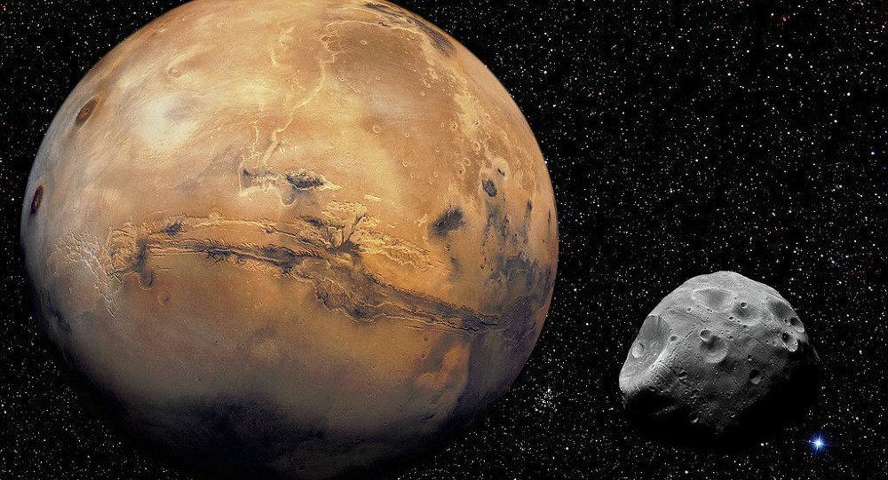 Марс со спутником Фобосом