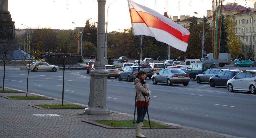 Девушка с бело-красно-белым флагом, Минск