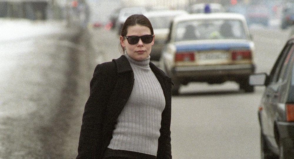 Девушка, занимающая проституцией стоит на автотрассе