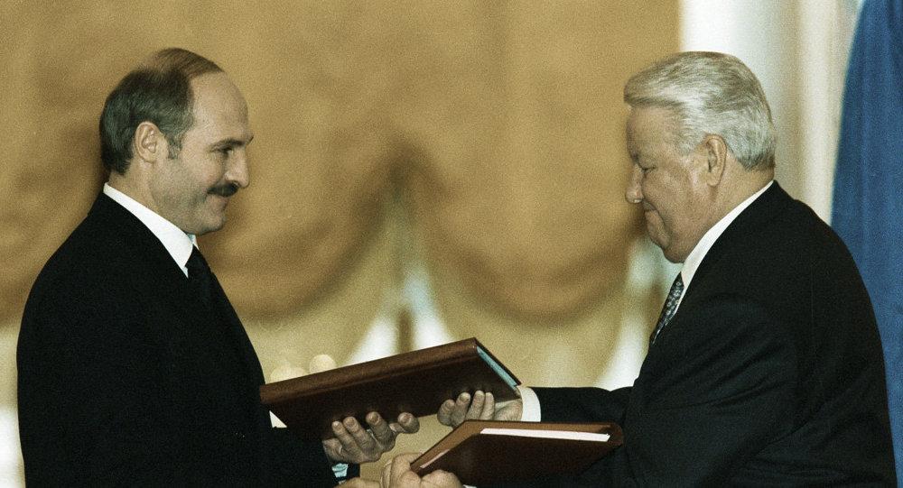 Президент России Борис Ельцин и президент Беларуси Александр Лукашенко после подписания Договора о создании Союзного государства России и Беларуси
