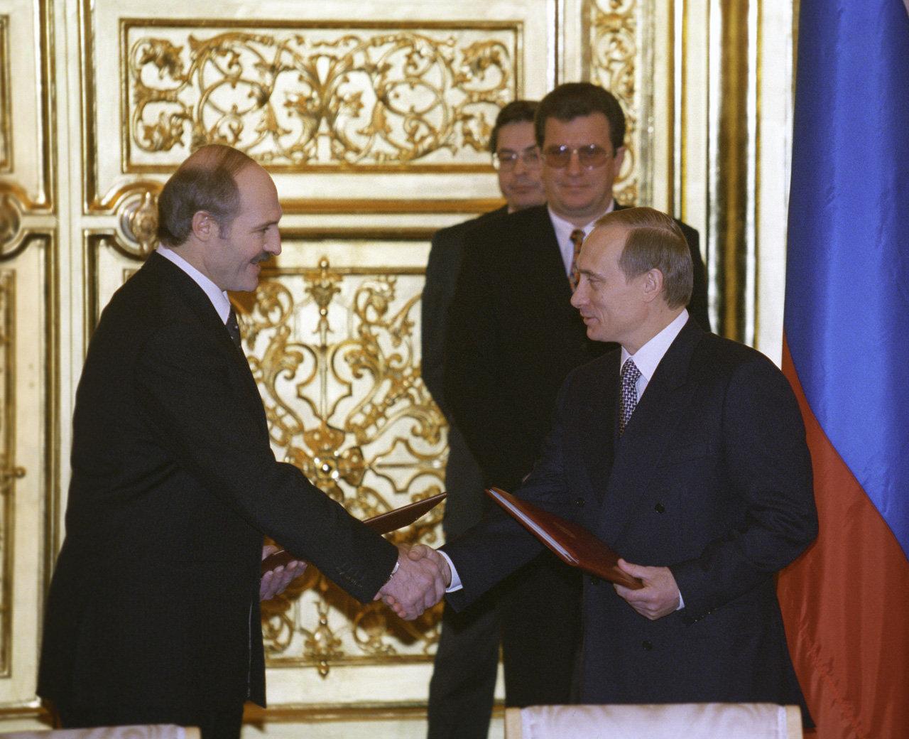 И.о. президента РФ Владимир Путин и президент Республики Беларусь Александр Лукашенко обменялись ратификационными грамотами о создании союзного государства России и Беларуси
