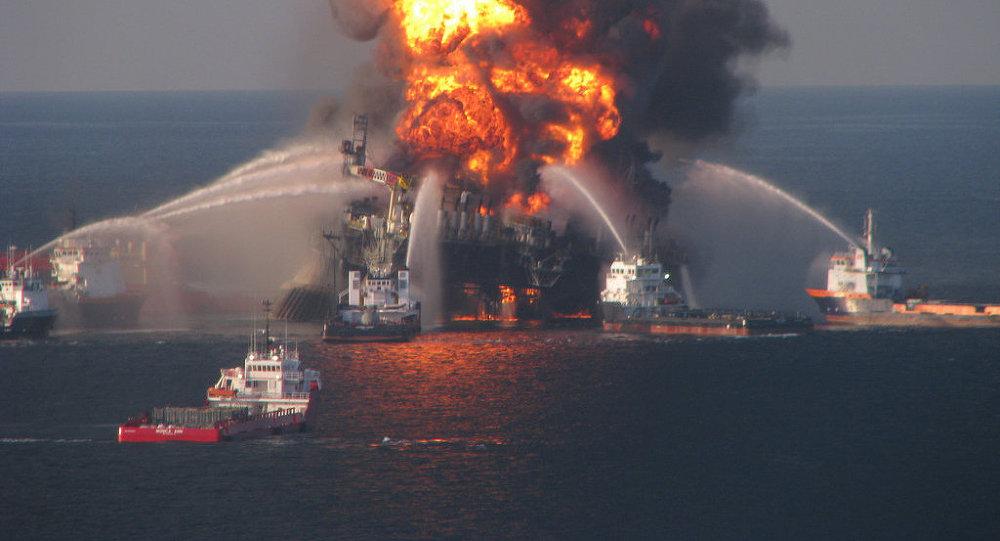Пожар на нефтедобывающей платформе Deepwater Horizon в Мексиканском заливе