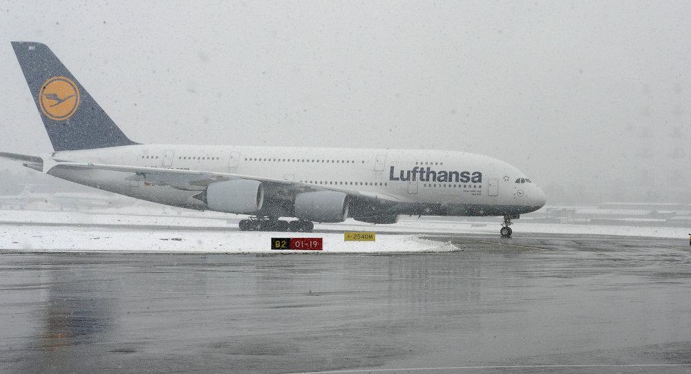Авиалайнер Lufthansa, архивное фото