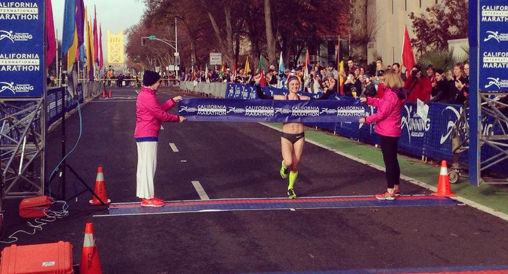 Ольга Мазуренок  на финише марафона в Сакраменто