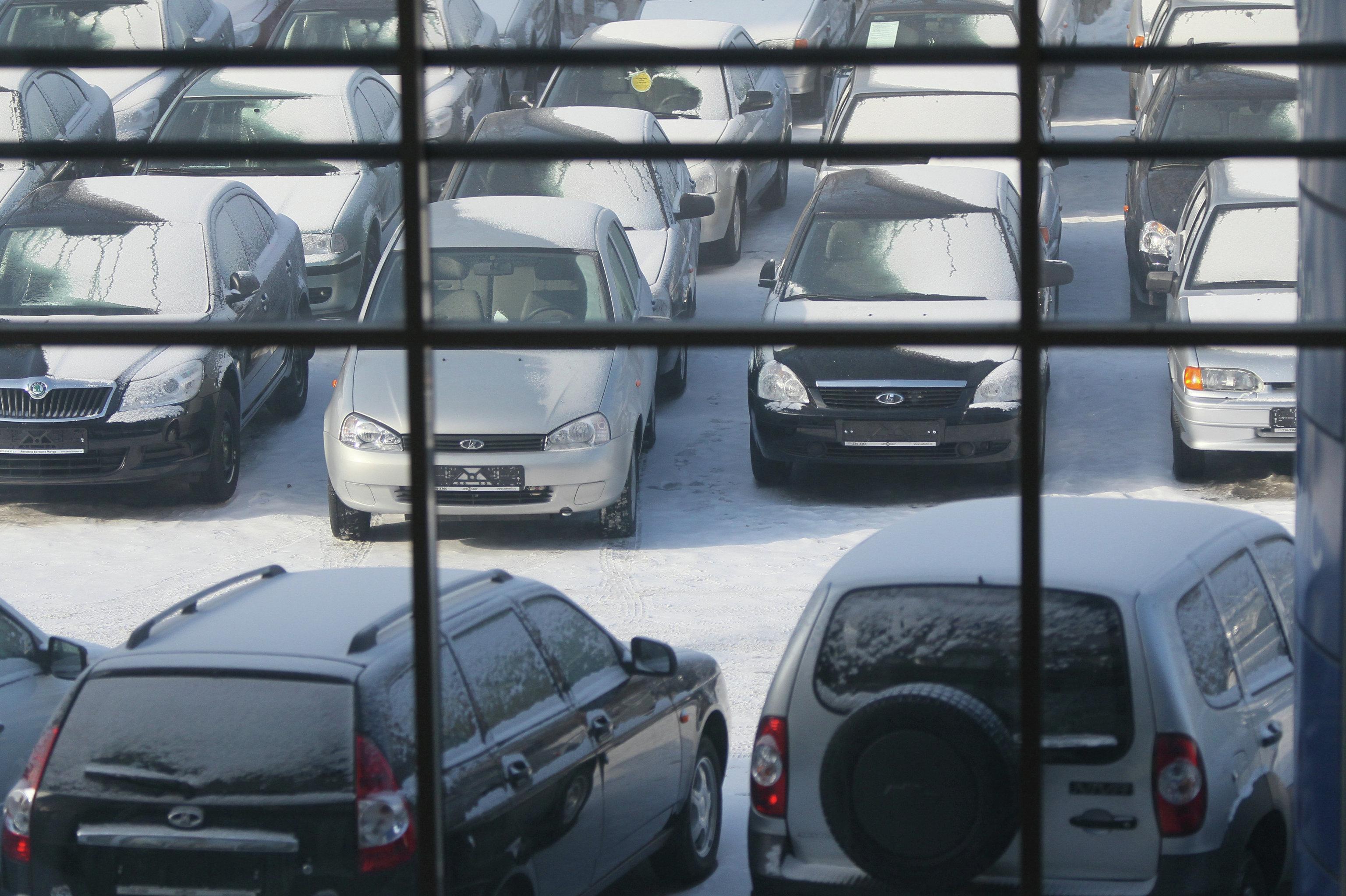 Стоянка  возле автосалона в России