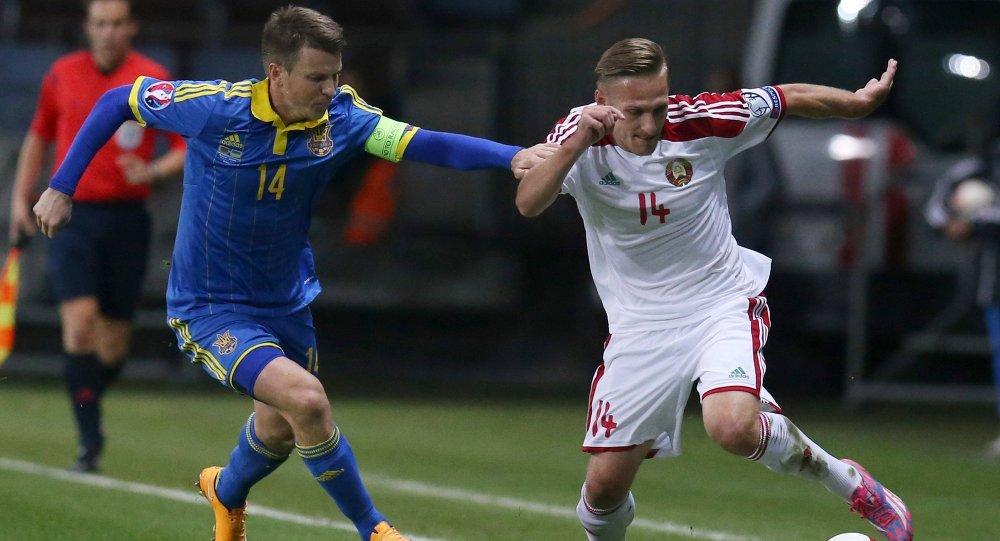 Игрок сборной Беларуси Сергей Кривец в отборочном матче чемпионата Европы 2016 с командой Украины