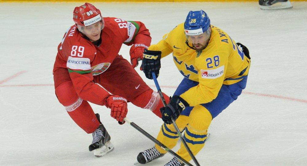 Игрок сборной Беларуси Дмитрий КоробовИгрок в матче со сборной Швеции на ЧМ по хоккею в 2014 году